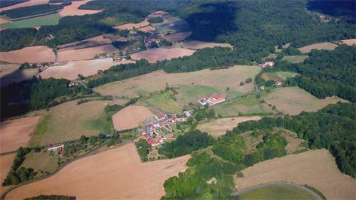 Le village de Ville-sous-Orbais : à gauche les bâtiments de la Colonie